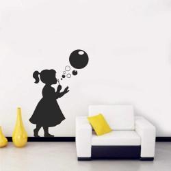 """Стикер """"Момиченце правещо балончета"""""""